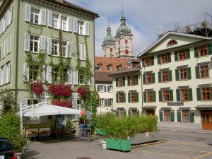 Pico-Pell-Platz mit Restaurant Splügen