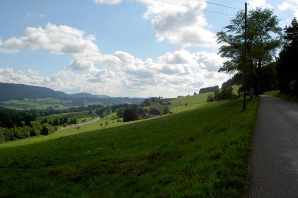 hügelige Landschaft am Münchner Jakobsweg